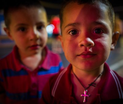 Menekült keresztény gyermekek.
