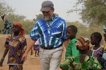 olasz misszionárius afrikai gyerekekkel