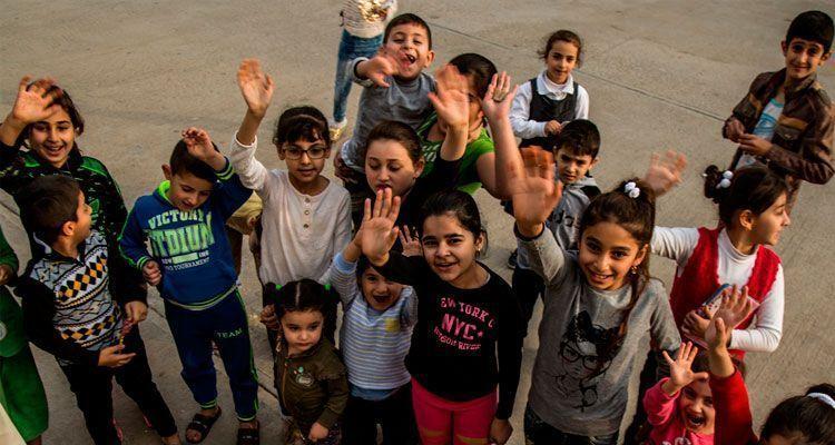 iraki gyerekek integetnek