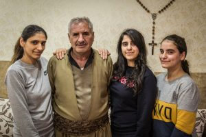 Azad Francy Karim lányaival Harmotában.