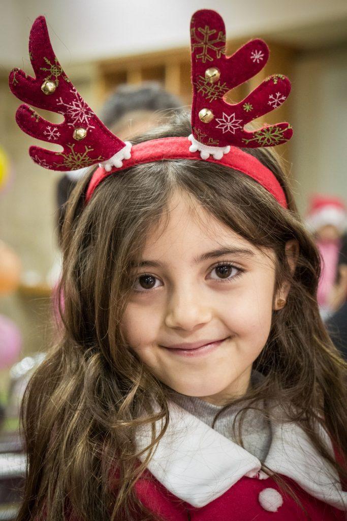 Diáklány a Marya Mana iskola karácsonyi ünnepségén
