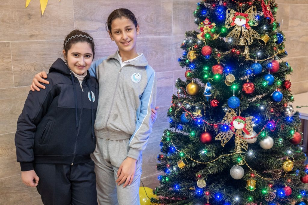 Diáklányok a karácsonyfával